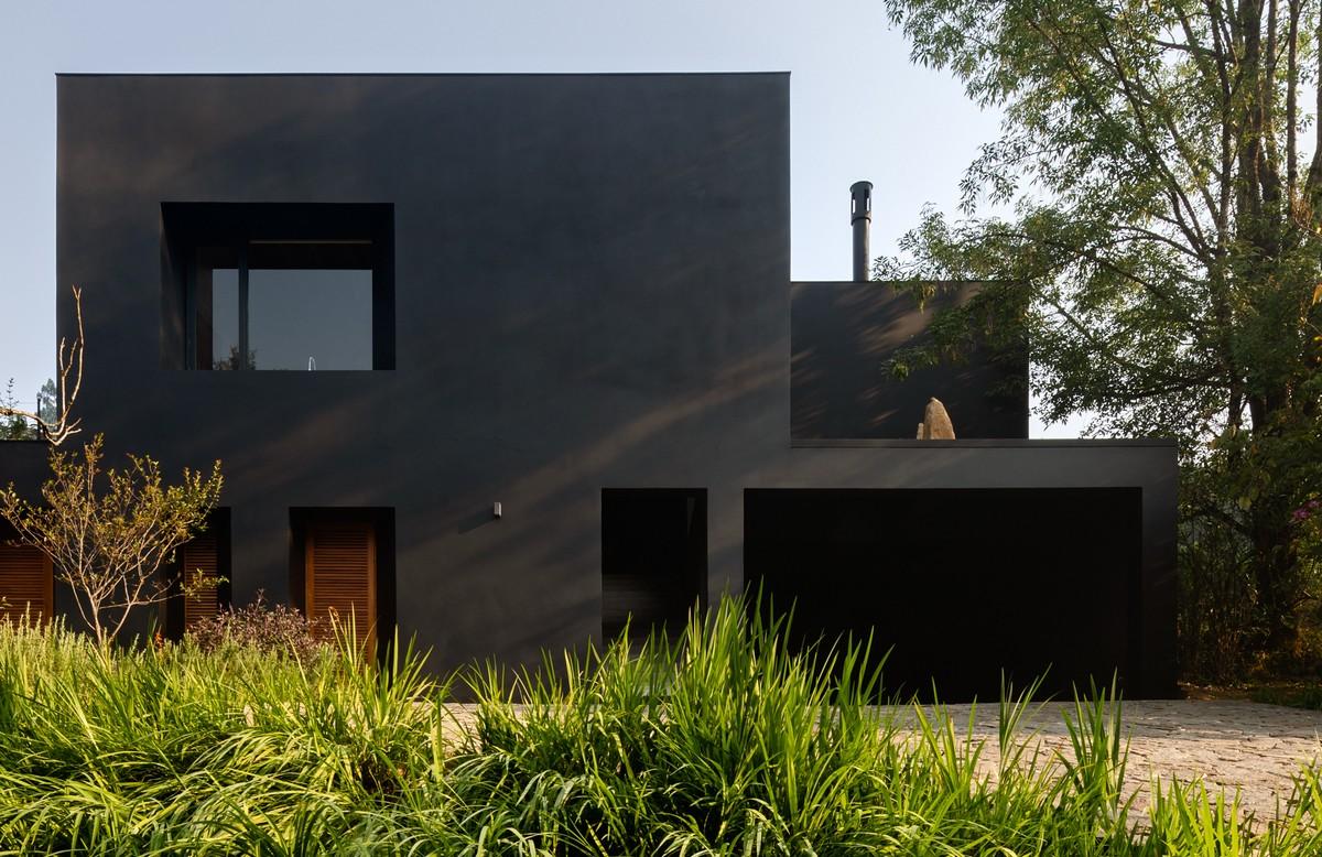 Чёрный матовый дом для семьи пенсионеров в Мексике