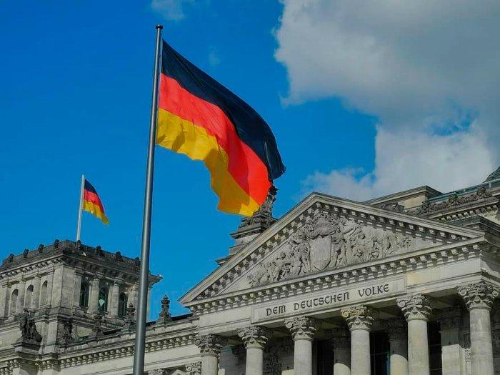 Почему жителей Германии мы называем не германцами, а немцами?
