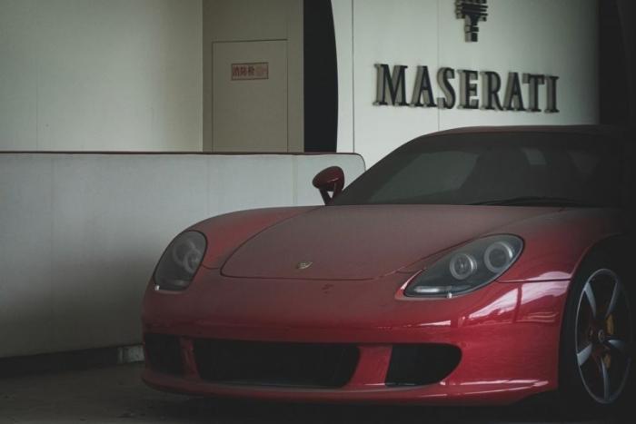 Porsche Carrera GT стоит 8 лет в заброшенном центре суперкаров в Китае