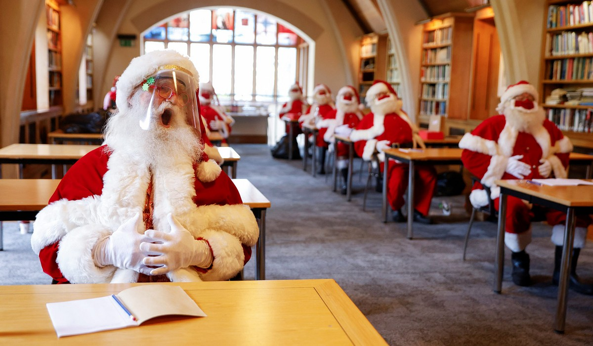 Санта-Клаусы готовятся к Рождеству во время пандемии коронавируса