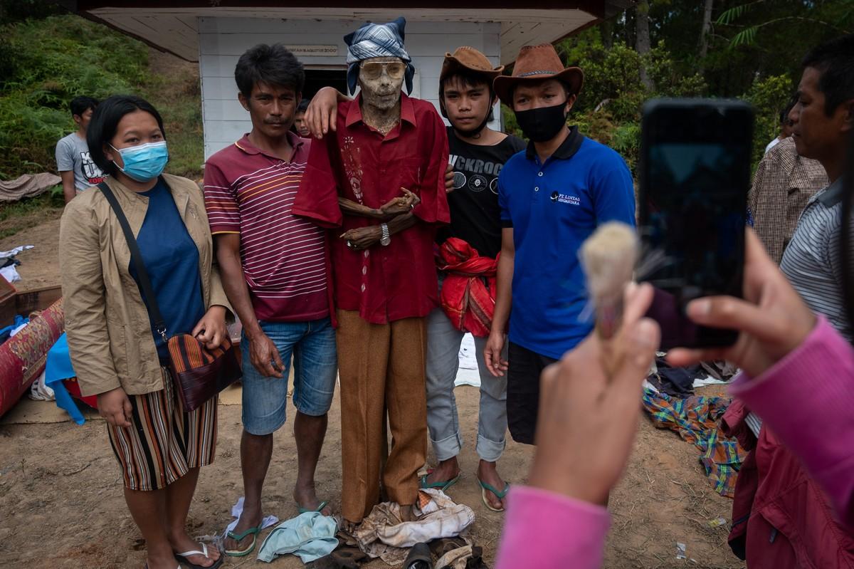 В Индонезии в очередной раз выкопали умерших родственников