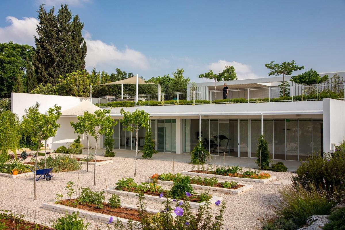 Минималистский дом с двориками в Израиле