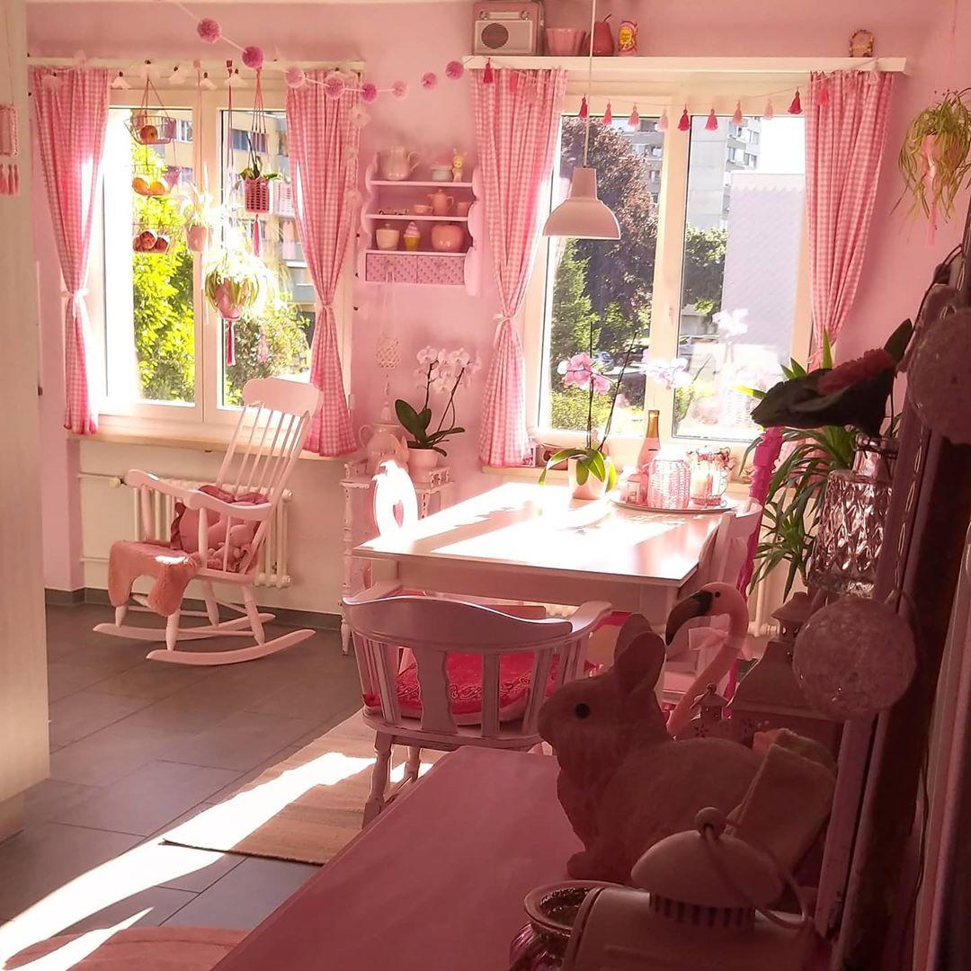 Молодая жительница Швейцарии одержима розовым цветом