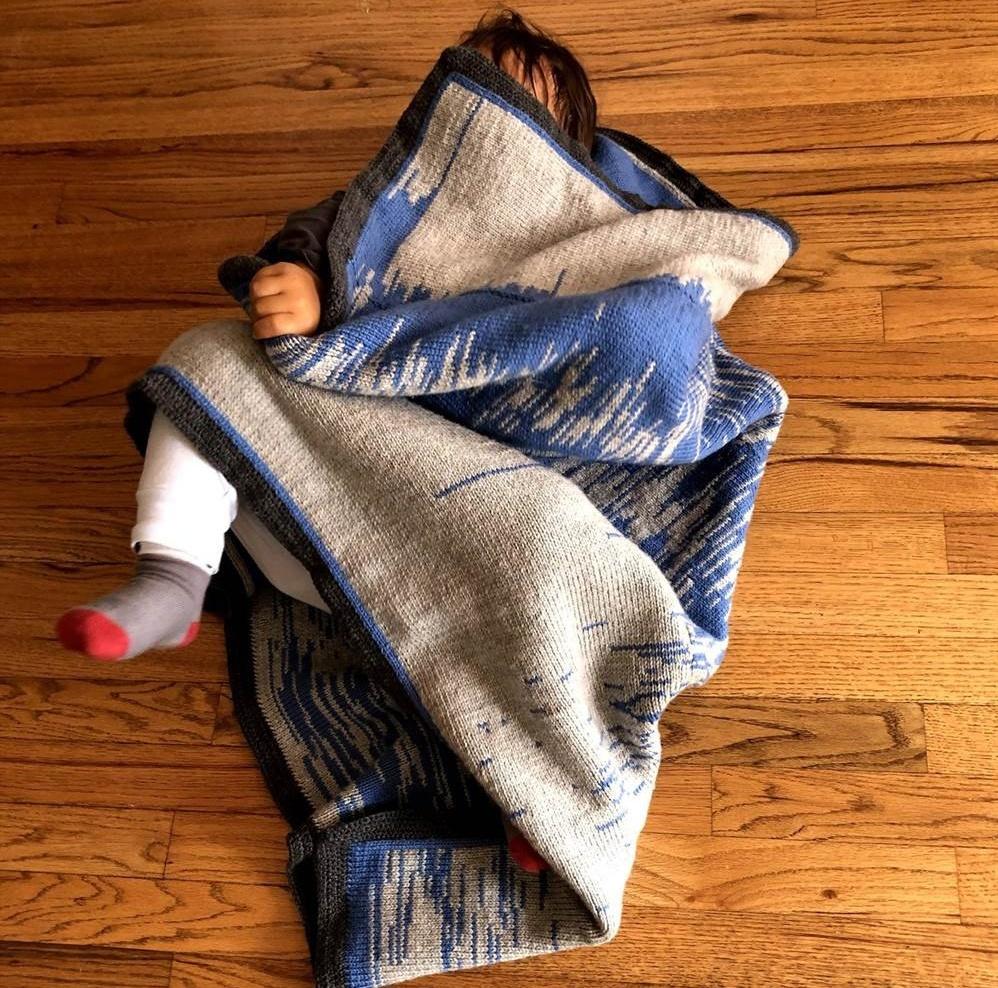 Отец запечатлел в одеяле график о сне и бодрствовании своего сына