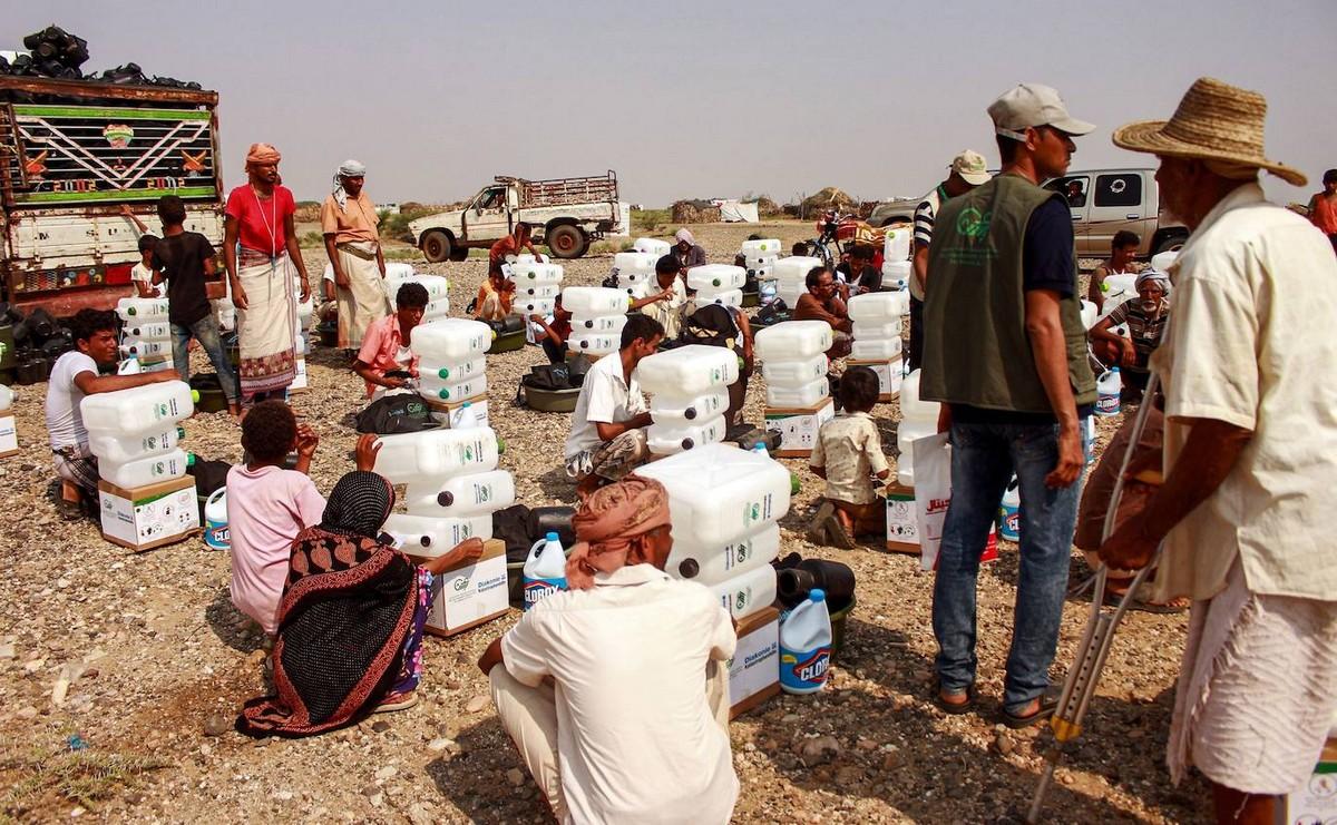 В Йемене люди проделывают многокилометровый путь, чтобы набрать питьевой воды