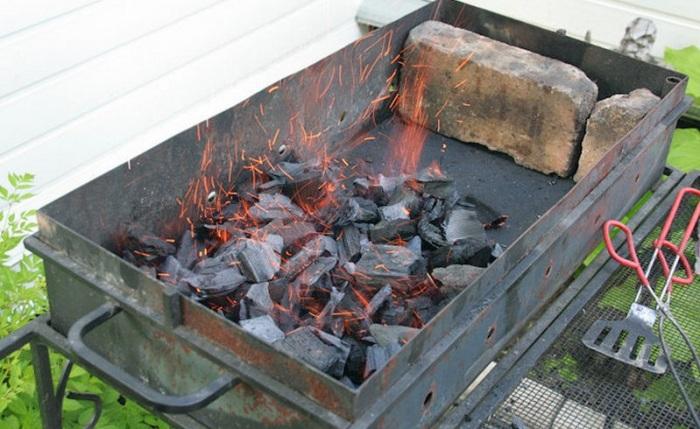 Простой, но хитрый метод розжига углей в мангале