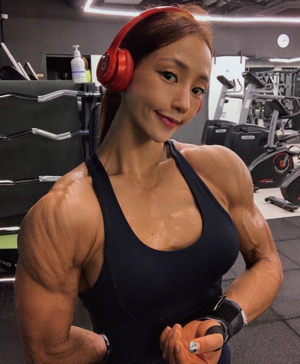 Спортивная кореянка Ли Джин Со с милым личиком и пугающим телом