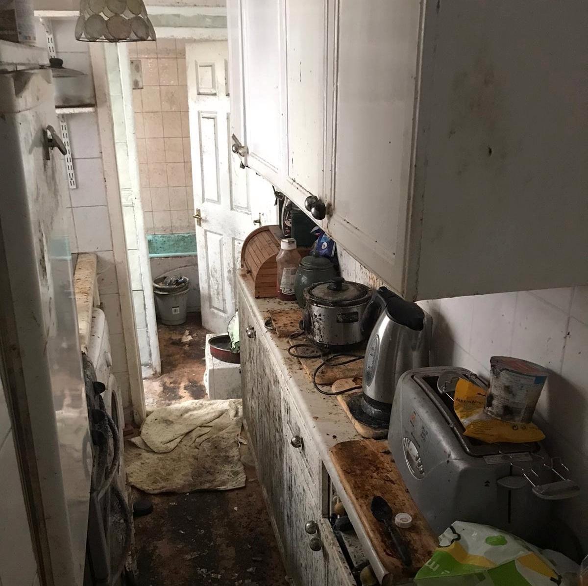 В доме 80-летнего вдовца делала уборку команда из 6 человек