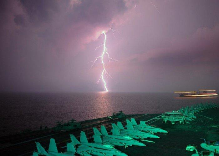 Что происходит с рыбами, когда в океан попадает молния?