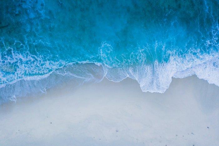 Откуда прибывает вода во время прилива и куда убывает во время отлива