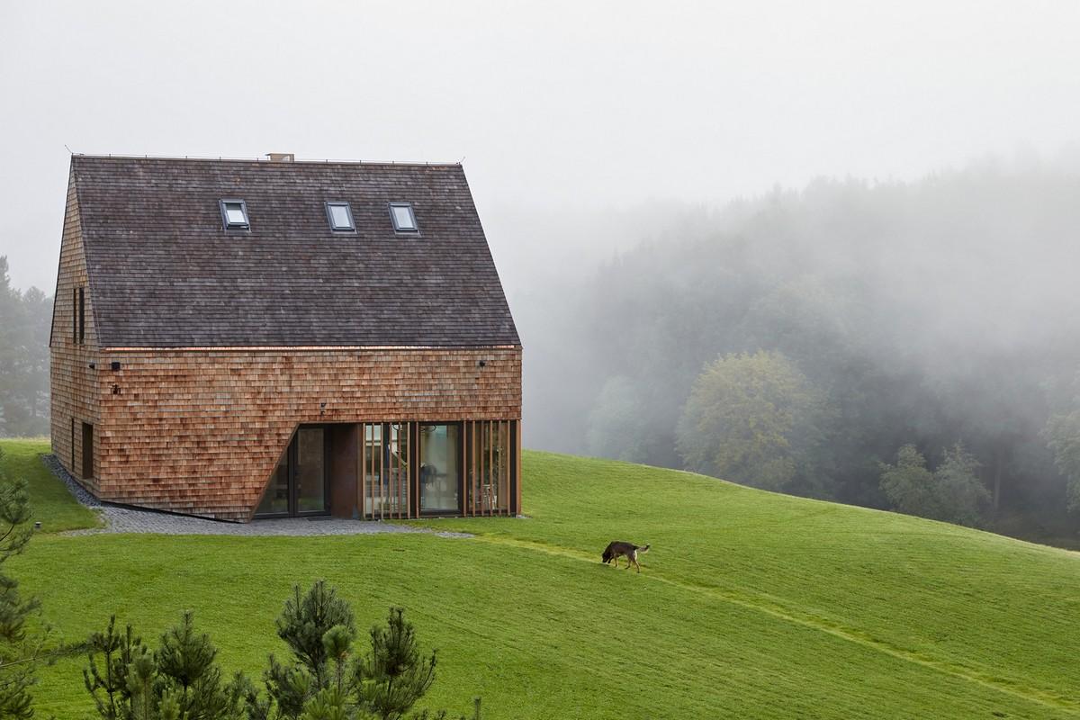 Современный кедровый дом с амбаром в Литве