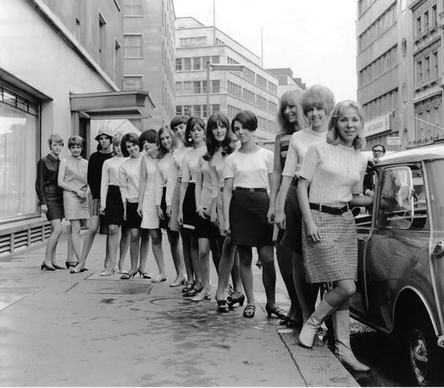 В 1966 году в автомобиле Mini поместились 15 британок