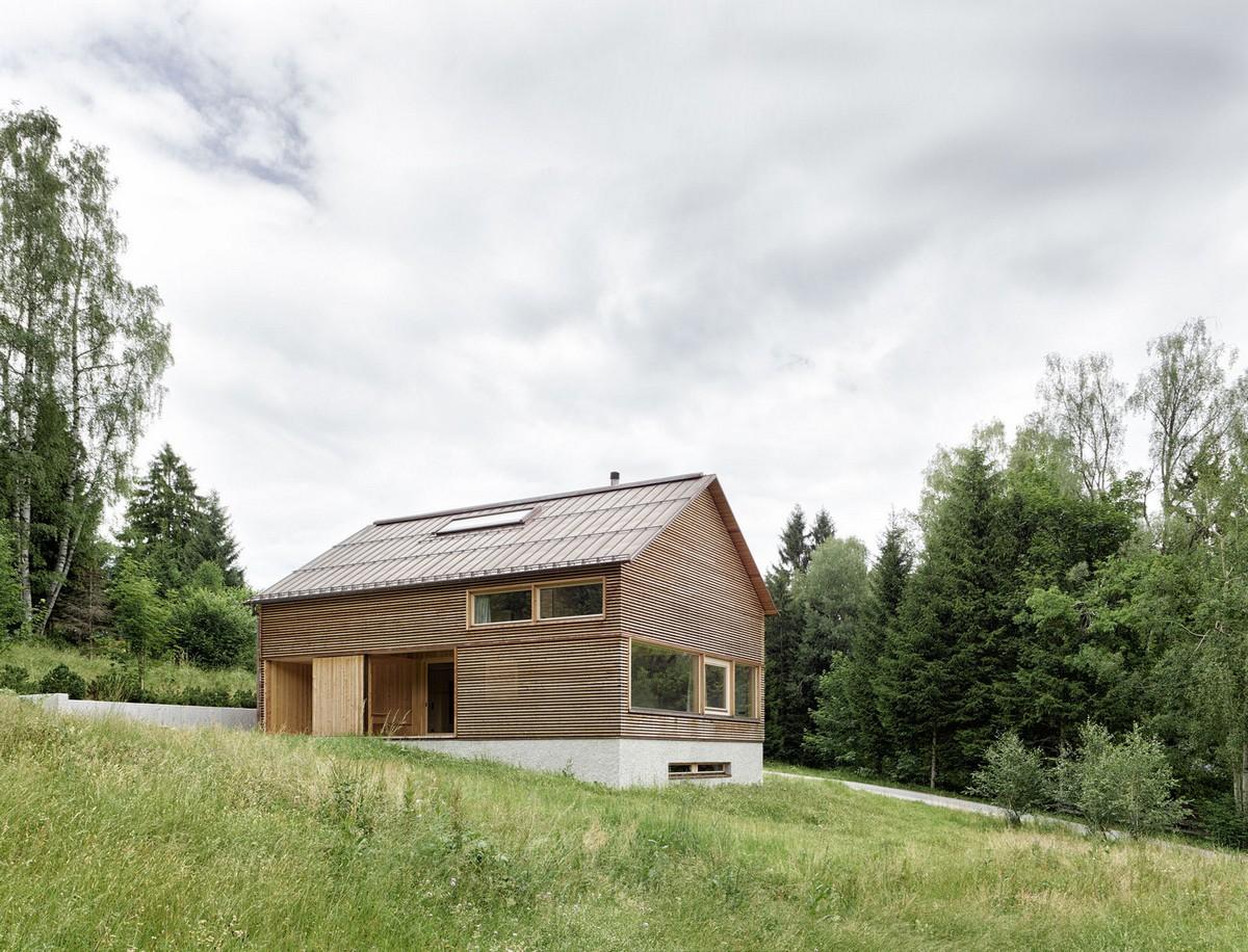 Деревянный загородный дом на склоне в Австрии