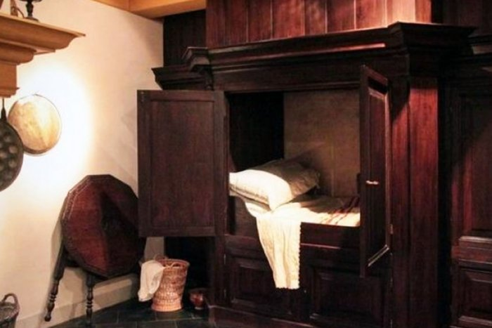 Для чего в Средневековье люди спали в шкафах