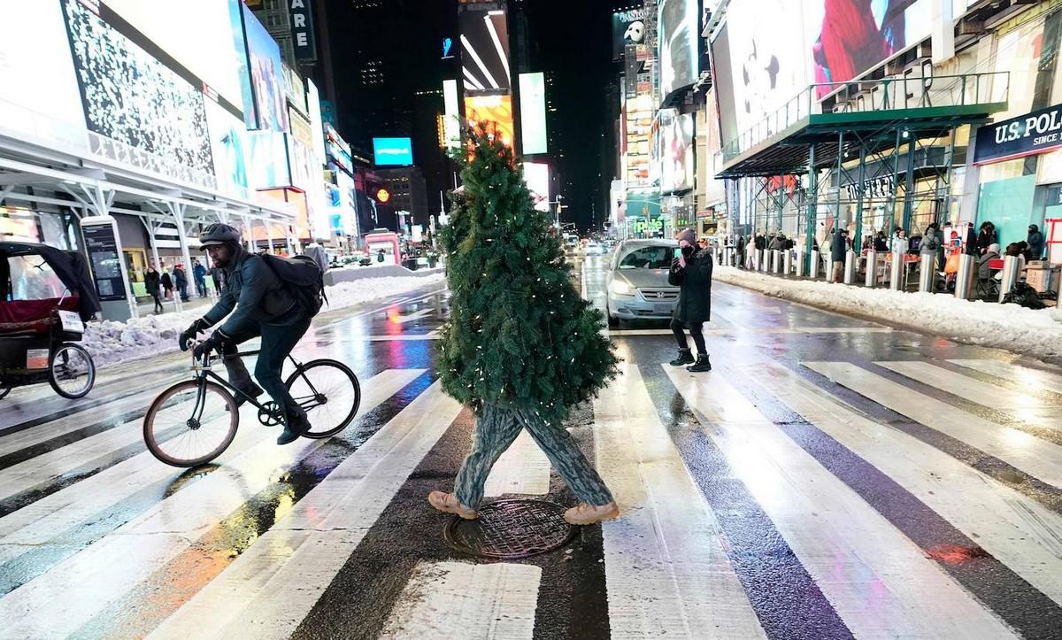 «Мистер Рождественская ёлка» дарит радость на улицах Нью-Йорка