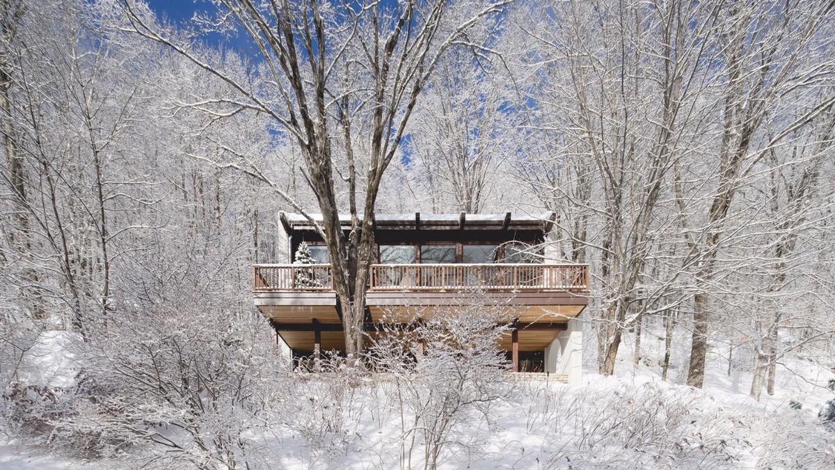 Преображение загородного дома на лесистом склоне в Канаде