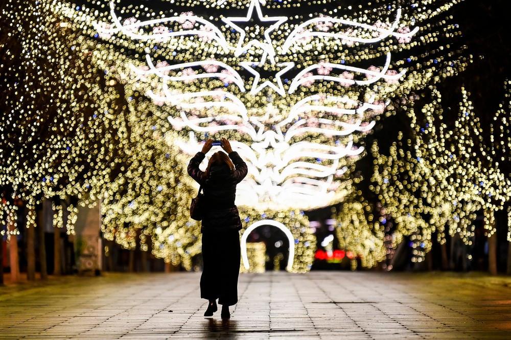 Яркие рождественские огни в городах мира 2020