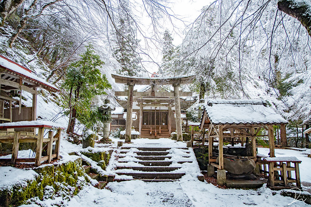 Заснеженная японская святыня на зимних снимках