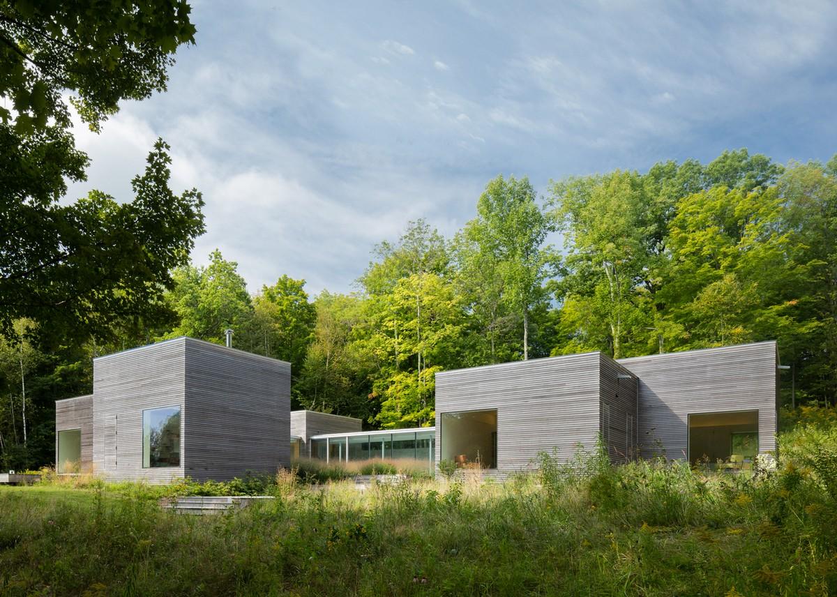Кубический дом на лесной опушке в США