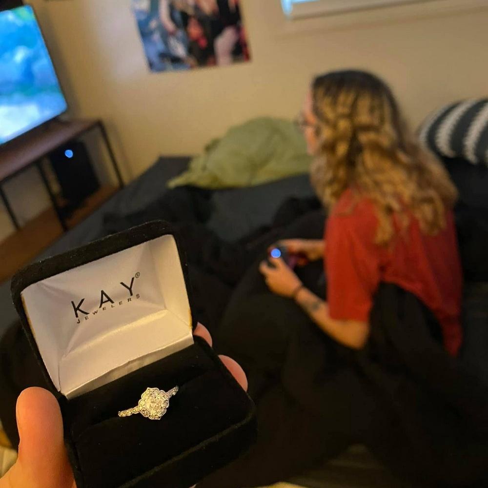 Парень несколько недель фотографировал кольцо возле своей девушки