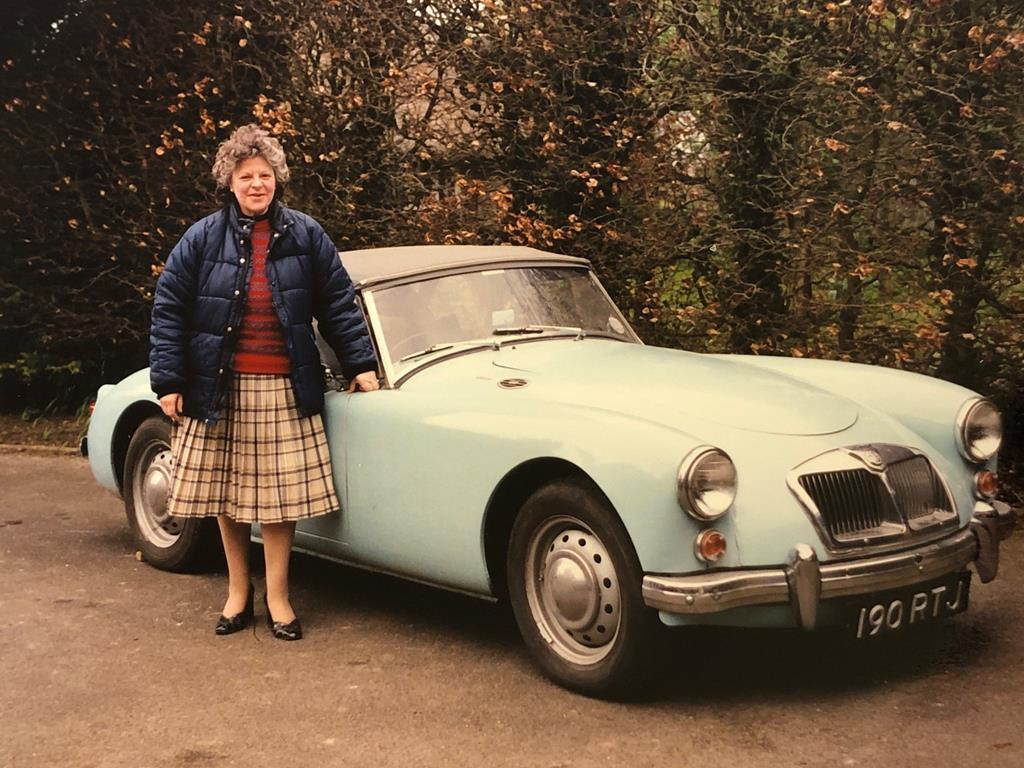 MG roadster 1960 года выпуска 20 лет простоял под кучей мусора в гараже