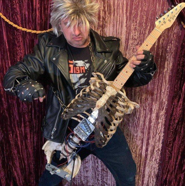 Музыкант Prince Midnight из США сделал гитару из скелета своего дяди Филиппа