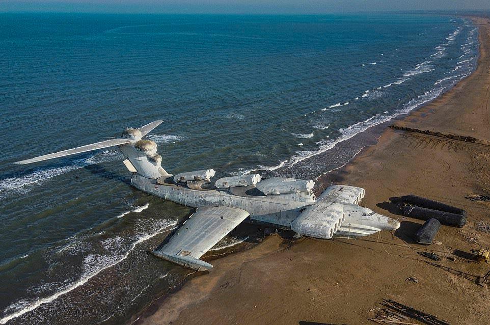 Секретный летательный аппарат советской эпохи вытащили на пляж в Дагестане