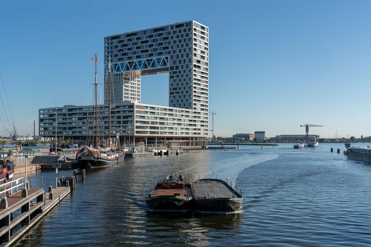 Высокая жилая башня «Паромный причал» в Амстердаме