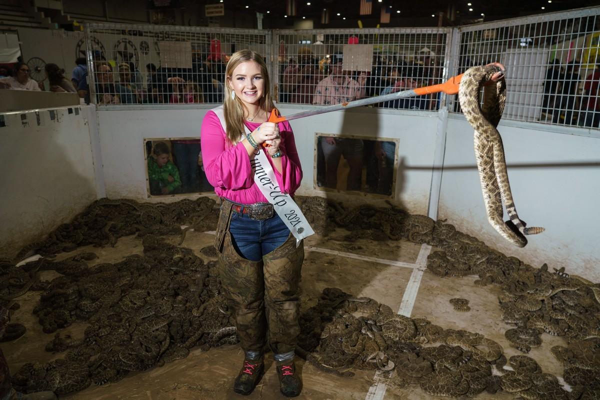 Жутковатые кадры с фестиваля змей в Техасе