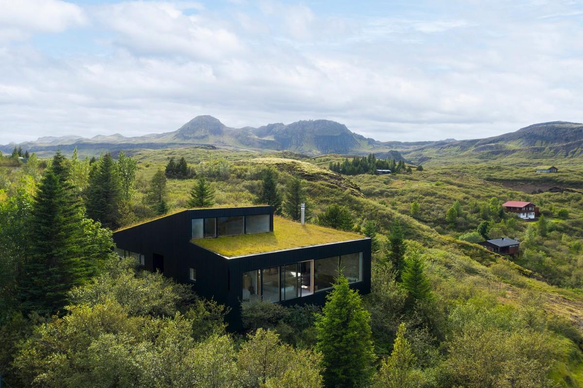 Дом с «живой» зеленой крышей в Исландии