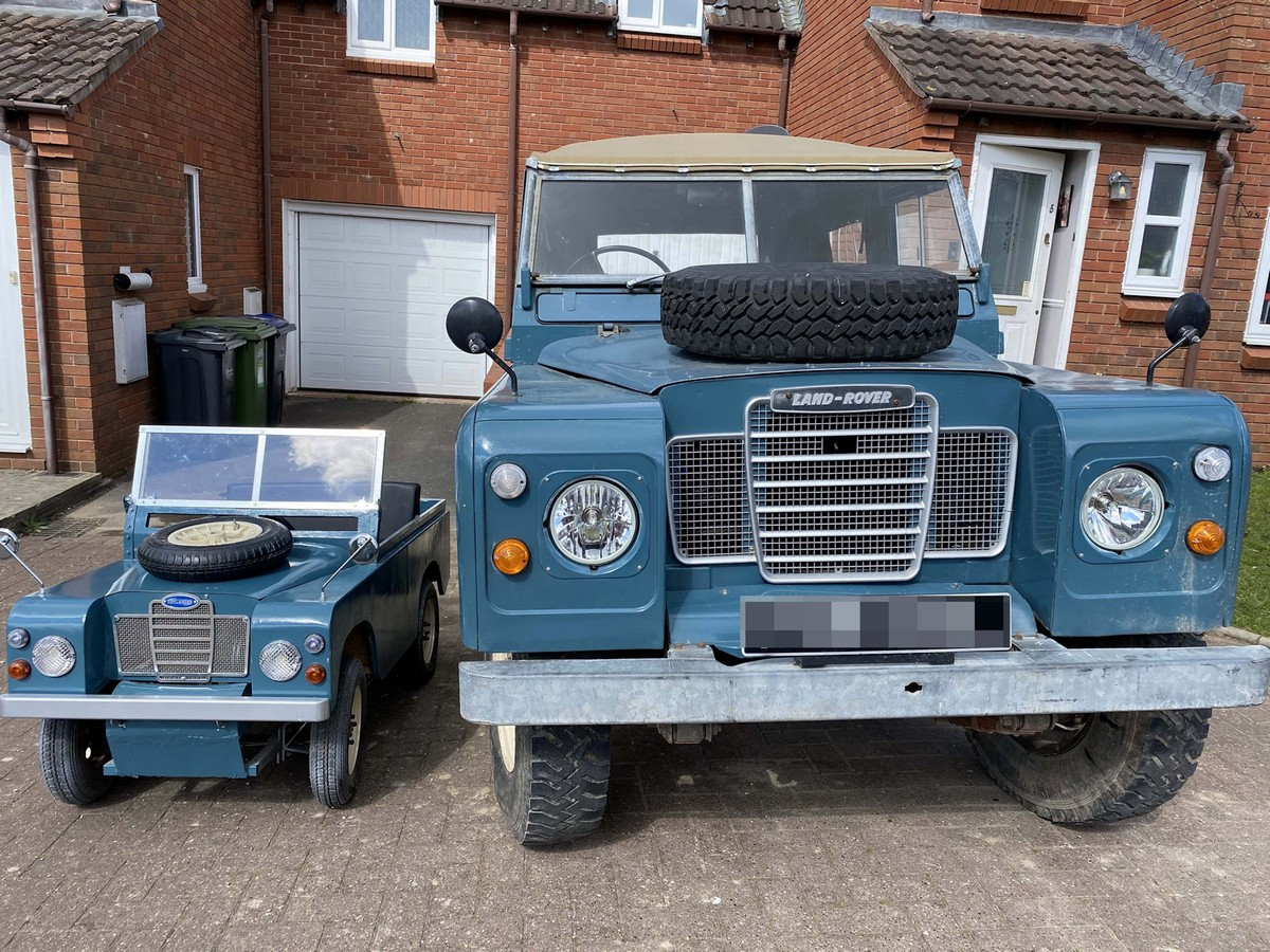Миниатюрная версия семейного Land Rover для четырехлетнего сына