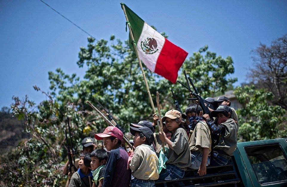 В Мексике мальчиков учат использовать оружие для борьбы с наркокартелями