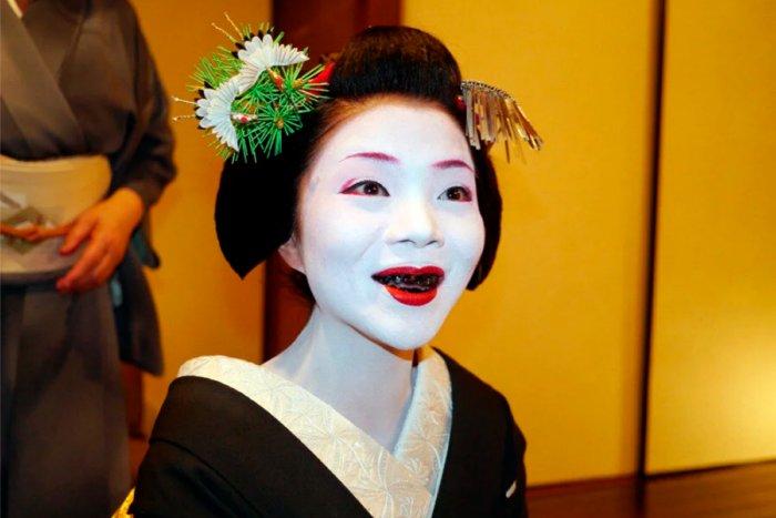 Почему японские женщины красили зубы в черный цвет?