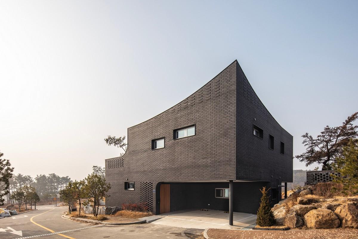 Кирпичный дом с футуристическим дизайном в Южной Корее