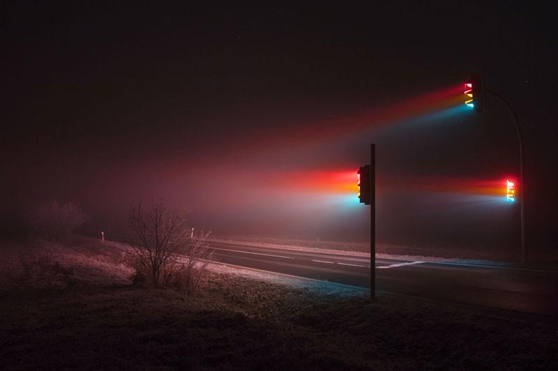 Ночные светофоры в тумане, сфотографированные на длинной выдержке