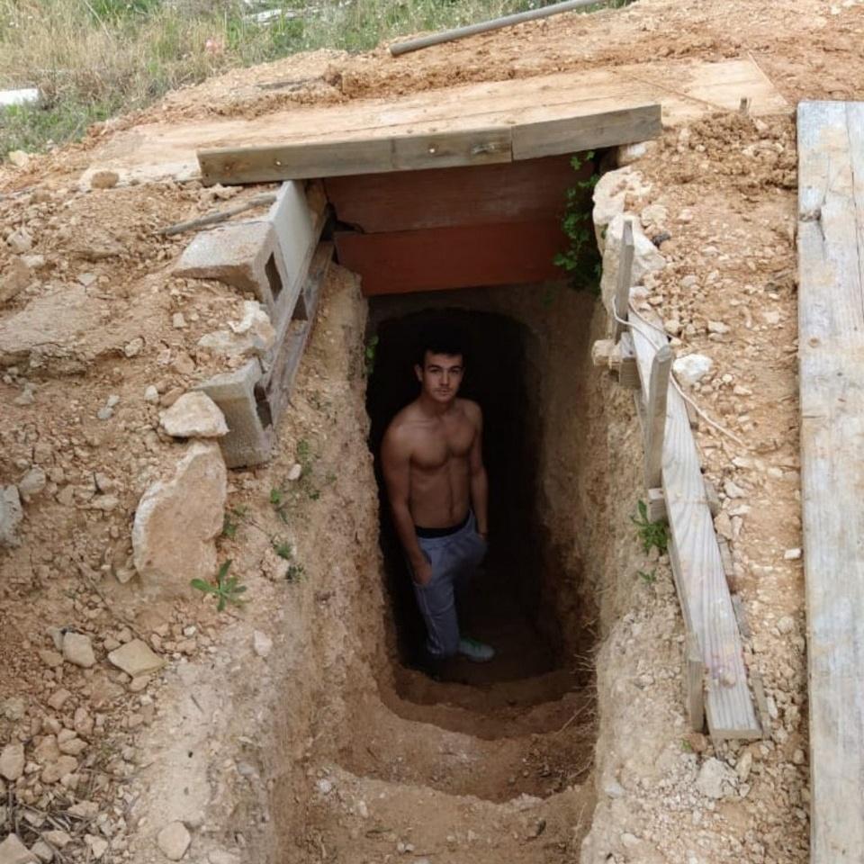 Подросток поссорился с родителями и выкопал себе жилье в саду