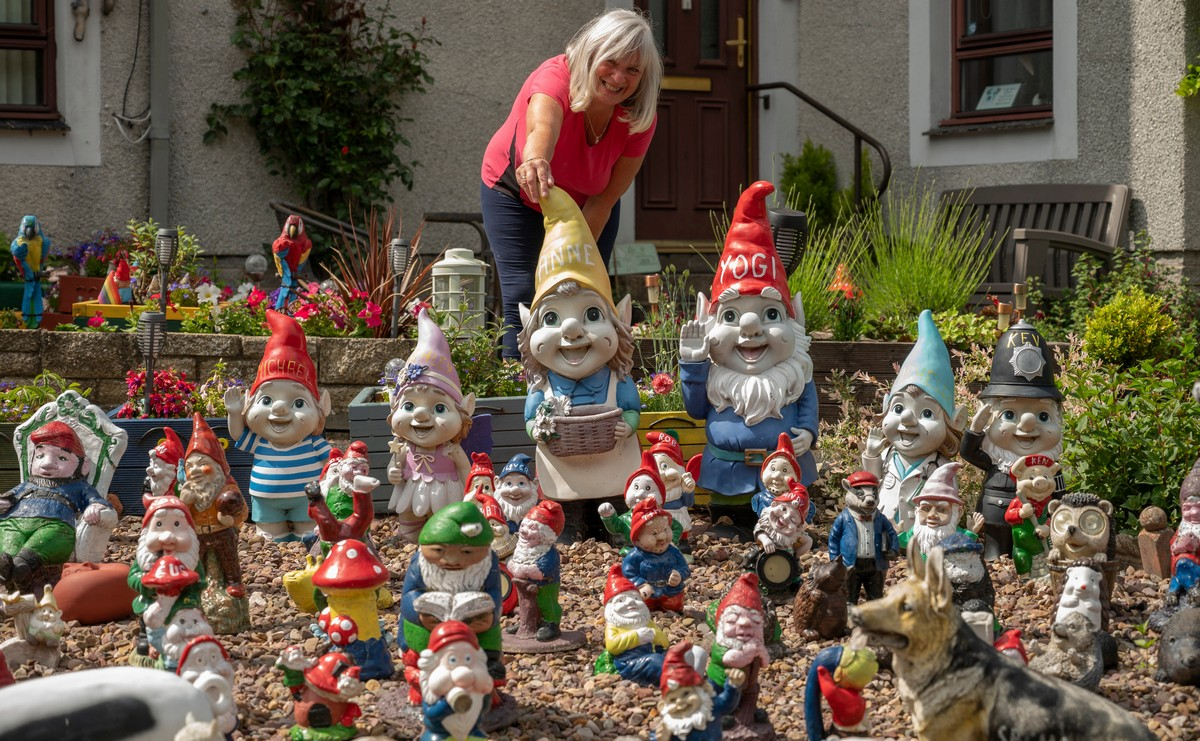 Жительница шотландского городка собирает садовых гномиков более 30 лет