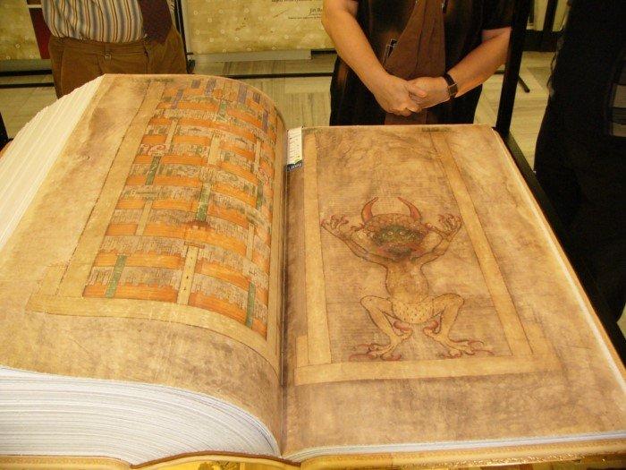 75-килограммовая «Библия Дьявола», написанная в 13 веке