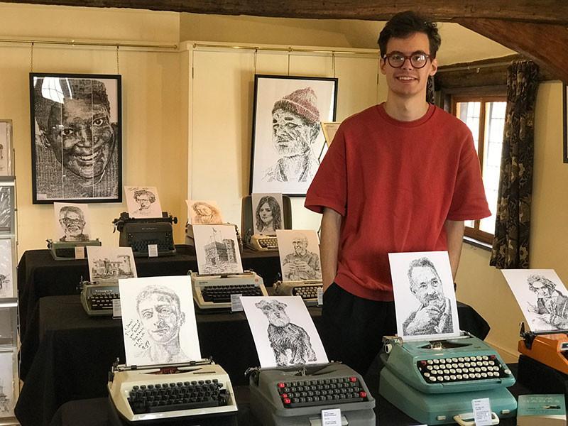Художник рисует с помощью символов на старых пишущих машинках