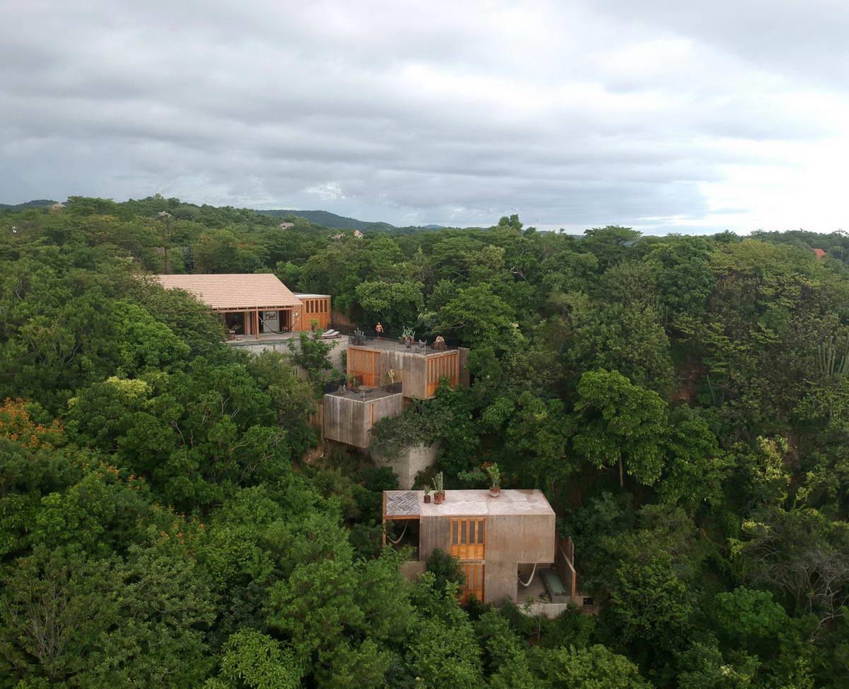 Дом для отдыха на крутом склоне у моря в Мексике