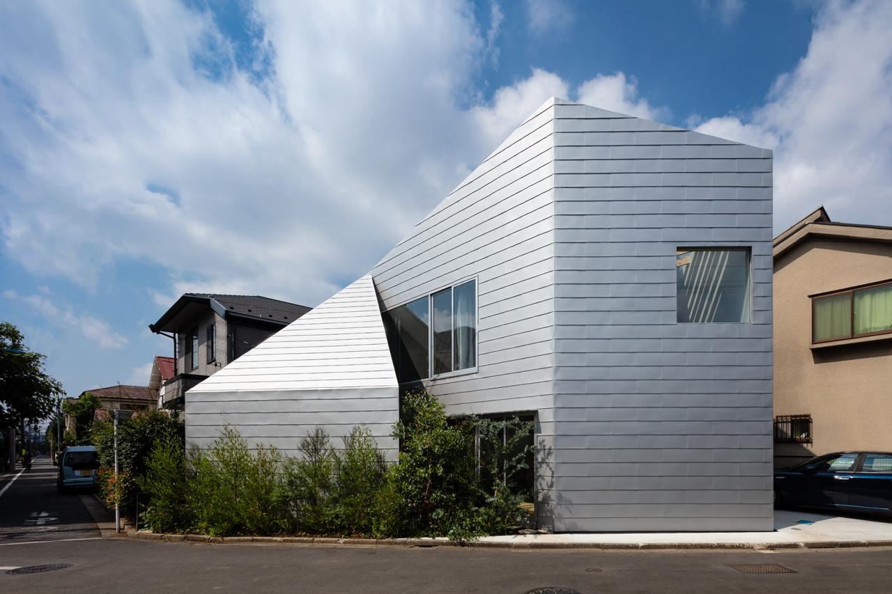 Дом из трёх треугольников с двориком в Японии