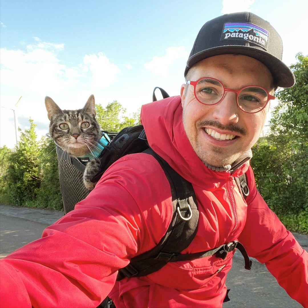 Кошка вместе со своим хозяином участвует в экстремальных приключениях