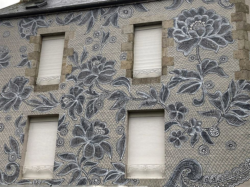Кружевные рисунки художницы Nespoon на фасадах зданий