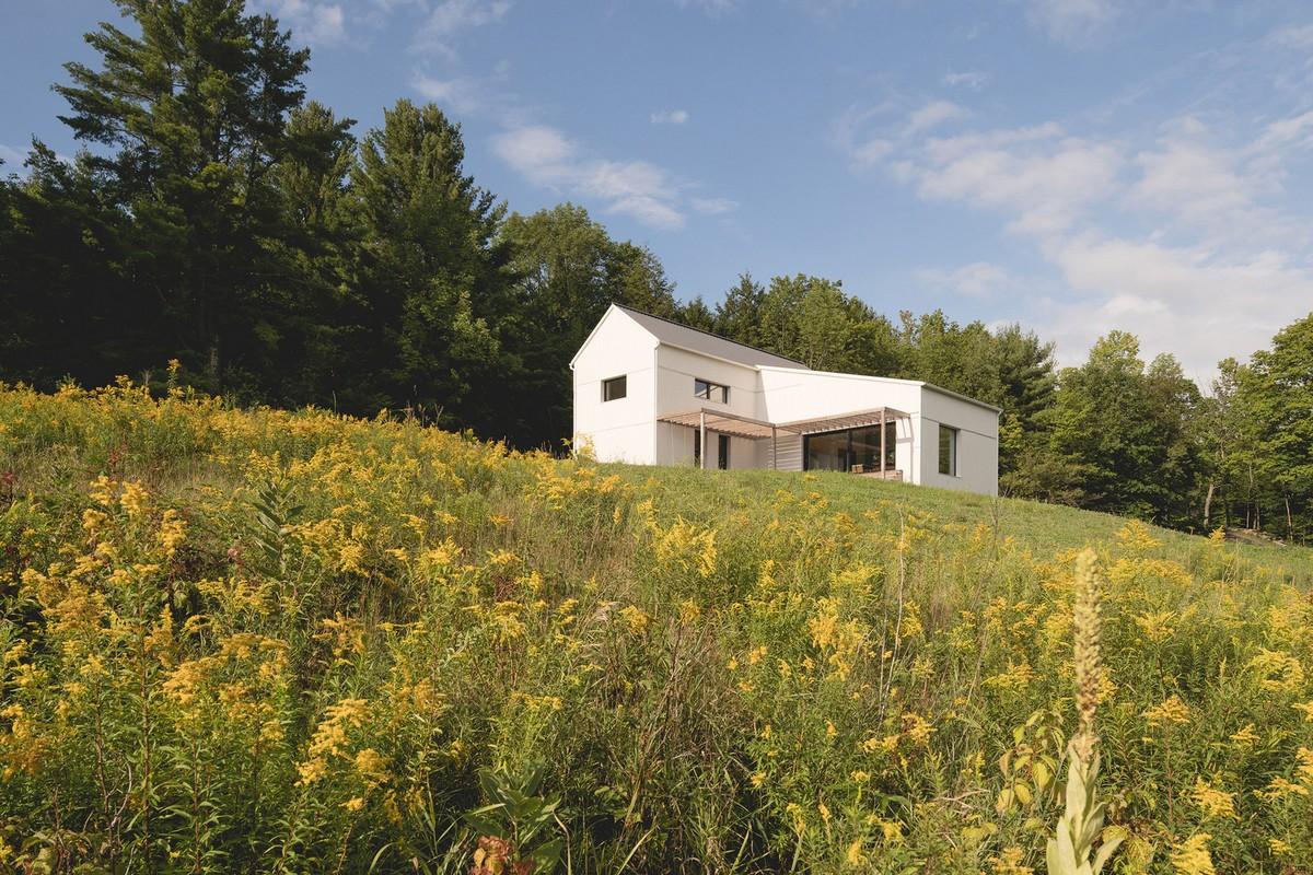 Пассивный дом на наклонном лугу в Канаде