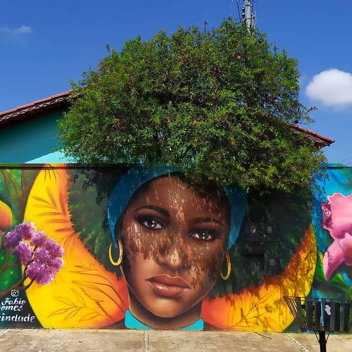 Бразильский уличный художник рисует женские портреты, используя ветви кустов и деревьев в качестве волос