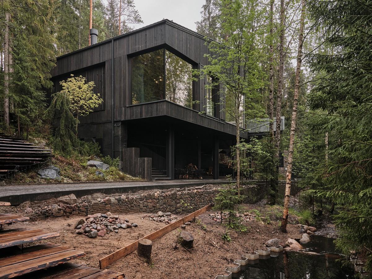 Дом на холме с элементами русского деревенского стиля в Карелии
