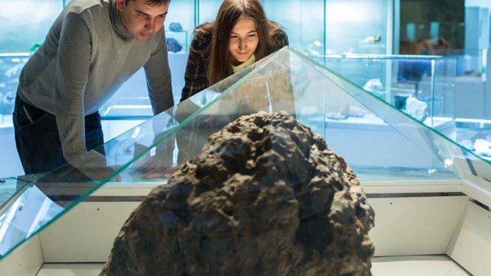 Метеорит упал к женщине прямо в постель