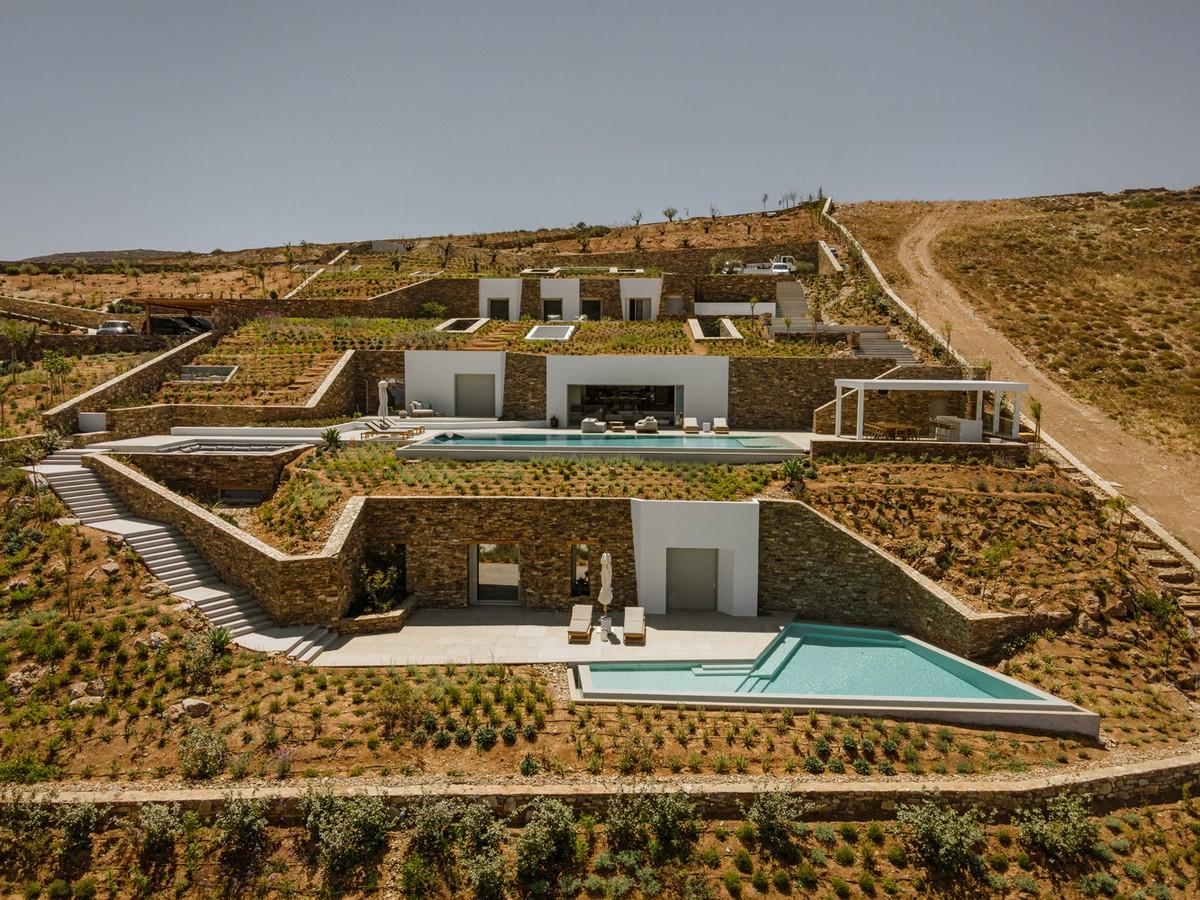 Подземная вилла, интегрированная в скалистый ландшафт в Греции