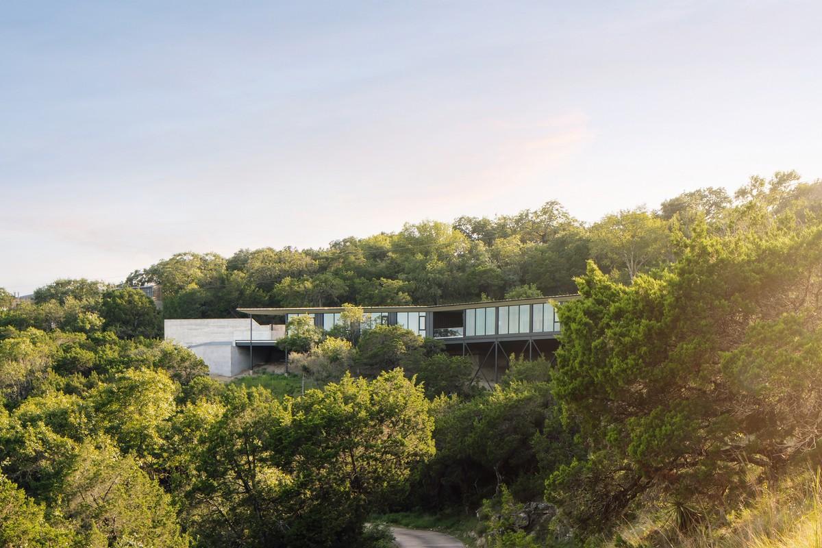 Резиденция в форме бумеранга на крутом склоне в США